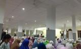 Jamaah Masjid Al-Muhajirin, Kemanggisan, Jakarta Barat sedang bersiap-siap melaksanakan shalat tarwih.