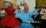 Jamaah melakukan Tarian Sufi (Darvis Whirling Dance) di Rumi Cafe di kawasan Kebayoran Baru, Jakarta Selatan, Senin (5/6) malam.