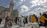 Jamaah melintasi pelataran Masjidil Haram, Makkah, Selasa (13/8).