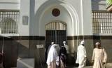 Kisah Pencuri Yahudi Masuk Islam dan Khalifah Ali;. (Ilustrasi) Jamaah mengintip ke dalam Masjid Ali bin Abi Thalib yang ditutupi tembok dan pagar besi tak jauh dari Masjid Nabawi, Madinah, Jumat (27/7).