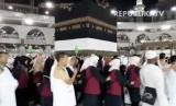 Jamaah sedang melakukan tawaf