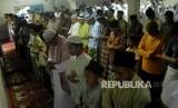 Jamaah tarekat Naqsabandiyah melakukan shalat Idul Fitri di Mushala Baitul Mak'mur, Kelurahan Kampung Dalam, Kecamatan Pauh Limo, Padang, Sumatera Barat. (ilustrasi)