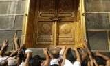 Jamaah umrah berebut mendekati pintu Ka'bah di Madjidil Haram, Makkah (Ilustrasi).