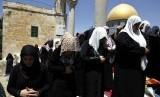 Hukum Sholat Jumat bagi Wanita. Foto: Jamaah wanita Palestina menunaikan Shalat Jumat dekat Kubah Batu di Komplek Masjid AL Aqsa,Yerusalem, Jumat (10/8). (Ammar Awad/Reuters)