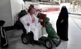 Jamaah yang sedang mengedarai fasilitas skuter di Masjid al-Haram, Makkah.