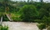 Jembatan putus di Kabupaten Kaur, Bengkulu, akibat banjir bandang, Ahad (19/1).