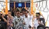 Jokowi mencoba MRT. Presiden Joko Widodo (kedua kanan) didampingi Gubernur DKI Jakarta Anies Baswedan (kedua kiri) Menko PMK Puan Maharani (kiri) dan Menteri Perhubungan Budi Karya Sumadi (kanan) mencoba moda transportasi MRT dari Stasiun Bundaran HI-Lebak Bulus-Bundaran HI di Jakarta, Selasa (19/3/2019).