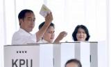Jokowi menunjukkan kertas suara