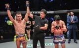 """Juara dunia Muay Thai Jonathan """"The General"""" Haggerty (kiri)."""