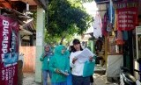 Jumanti, Nur Djanah (kiri) sedang rutin memeriksa rumah warga untuk mendeteksi jentik nyamuk di Kebagusan, Pasar Minggu, Jakarta Selatan.
