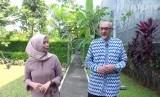 Jurnalis Republika, Yeyen Rostiyani (kiri) dan Duta Besar Inggris untuk Indonesia, Moazzam Malik (kanan)