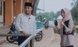 Jurnalis Republika, Yeyen Rostiyani (Kanan) bersama pengasuh Ponpes Darunnajah 8, KH. Hadiyanto Arief (Kiri).