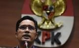 Juru bicara KPK Febri Diansyah memberi pernyataan kepada wartawan tentang penetapan tiga tersangka baru dalam pengembangan kasus dugaan suap pembangunan menara telekomunikasi di Kabupaten Mojokerto tahun 2015, di Gedung Komisi Pemberantasan Korupsi, Jakarta, Rabu (7/11/2018).