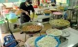 Juru masak membuat makanan untuk jamaah calon haji, di ruang dapur Asrama Haji Embarkasi Jakarta-Bekasi, di Bekasi, Jawa Barat, Senin (8/7/2019).