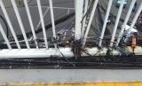 Kabel listrik di Jembatan Penyeberangan Orang (JPO) Jalan Dewi Sartika,  Jakarta Timur,  kondisinya sangat semrawut. Kabel-kabel ini menjuntai dan terikat di sisi JPO.