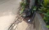kabel listrik milik PLN di jalan Pangkalan satu, Bantar Gebang, Kota Bekasi menjuntai hingga ke jalan raya.