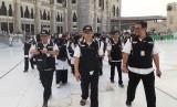 Kabid Linjam PPIH Arab Saudi, Jaetul Muchlis (tengah), meninjau pos-pos yang disediakan oleh Sektor Khusus Masjid Al Haram untuk melayani jamaah haji Indonesia, Kamis (11/7) sore.