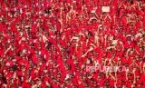 Kader dan simpatisan Partai Demokrasi Indonesia (PDI) Perjuangan saat mengikuti Apel Siaga PDI Perjuangan Setia Megawati, Setia NKRI di Stadion Manahan, Solo, Jawa Tengah, Jumat (11/5).