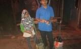 Kakak beradik penjual cobek di kawasan Pangkalan Jati, Cinere, Depok.
