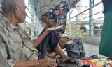 Kakek Abdul (87 tahun) yang harus terpaksa berjualan tisu di atas jembatan penyeberangan orang (JPO) untuk bertahan hidup