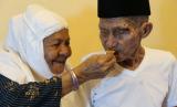 Kakek Mahmud (82 tahun; kanan), jamaah haji asal Maluku yang tak mau dipisahkan dengan istrinya, Nenek Cum (75).