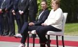 Kanselir Jerman Angela Merkel (kanan) dan tamu negara Perdana Menteri Denmark Mette Frederiksen duduk saat lagu nasional dinyanyikan dalam sebuah acara di Berlin, Jerman, Kamis (11/7).