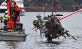 Kantung pengangkat tiup digunakan untuk membantu mengangkut pesawat amfibi ke permukaan sungai di Sydney, Australia.