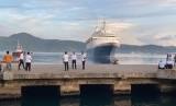 Kapal Cruise MV Boudicca berlabuh di Pelabuhan Yos Sudarso Ambon.