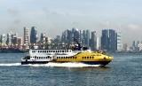 Kapal ferry rute Singapura-Batam melintasi kawasan Sentosa, Singapura, Sabtu (22/11). Tahun 2014, Kota Batam telah melampaui target kunjungan wisatawan mancanegara sebanyak 1.350.000 orang yang sebagian besarnya adalah warga Singapura yang berkunjung pada