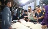 Kapolda Jabar, Irjen Pol Drs Agung Budi Maryoto (tengah) didampingi Ketua Tim Satgas Pangan, Kombes Pol Samudi, SiK (kedua dari kanan) melakukan sidak ke Pasar Sarijadi dan Kosambi Kota Bandung.