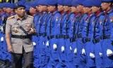 Kapolda Jatim Irjen Pol Machfud Arifin (kiri) memeriksa barisan personel saat upacara HUT Ke-67 Kepolisian Air dan Udara (Poliarud), di Polairud Polda Jatim, Surabaya, Jawa Timur, Selasa (5/12).
