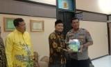 Kapolrestabes Makassar, Kombes  Yudhiawan (kanan) dan Ketua Yayasan Pesantren Hidayatullah Makassar, Sutiwo Fatah (kedua dari kanan).