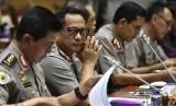 Kapolri Jenderal Pol Tito Karnavian (kedua kiri) bersama Wakapolri Komjen Pol Syafruddin (tengah) mengikuti rapat kerja dengan Komisi III DPR di Kompleks Parlemen Senayan, Jakarta, Rabu (14/3).
