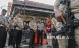 Kapolri Jenderal Pol Tito Karnavian (tengah) mendengarkan kronologis kejadian penyerangan anggota Polisi Polda Riau ketika berkunjung ke lokasi penyerangan di Mapolda Riau, di Pekanbaru, Riau, Kamis (17/5).