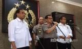 Kapolri Jenderal Tito Karnavian (tengah), Menteri Perhubungan Budi Karya Sumadi (kiri) dan Menteri Komunikasi dan Informatika Rudiantara (kanan) usai  melakukan teleconference soal transportasi online dengan sejumlah kepala daerah, di Rupatama Mabes P