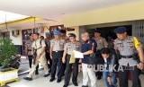 Kapolri memberikan kenaikan pangkat terhadap dua anggota Polri yang menjadi korban sabetan samurai oleh terduga teroris di Mapolda Riau.