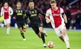 Kapten Ajax Matthijs De Ligt (kanan) menggiring bola dikejar striker Juventus Cristiano Ronaldo.