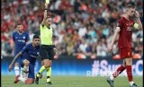 Kapten tim Liverpool Jordan Henderson dihukum kartu kuning oleh  Stephanie Frappart  pada laga Piala Super UEFA di Stadion Vodafone Arena, Istanbul, Turki, Kamis (15/8) dini hari.
