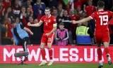 Kapten timnas Wales, Gareth Bale (kiri) merayakan gol ke gawang Azerbaijan pada laga kualifikasi Piala Eropa 2020, di Cardiff, Sabtu (7/9) dini hari WIB.