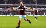 Kapten West Ham United, Mark Nobel merayakan gol ke gawang Huddersfiled pada laga Liga Primer di Stadion John Smith, Sabtu (13/1).