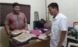 Kapuslitbang Lektur M Zain mengamati naskah masnuskrip keagamaan di Mapesa Banda Aceh.