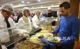 Cara Muslim Brasil Rayakan Ramadhan Meski Covid-19 Tinggi. Karyawan masjid tertua di Amerika Latin melayani makanan bagi para pengungsi muslim  berbuka puasa  hari pertama bulan suci Ramadhan, di Sao Paulo, Brasil.