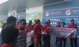Karyawan Meikarta menggelar aksi unjuk rasa, Senin (16/4).