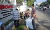 Karyawan melakukan aksi bersih-bersih atau Clean Up Day di sejumlah Pabrik Ajinomoto.