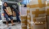 Karyawan yang bekerja di rumah yang diduga menjadi pabrik pembuataan pil jenis Paracetamol Caffein Carisoprodol (PCC) memindahkan barang bukti di bawah pengawasan petugas saat penggerebekan oleh Badan Narkotika Nasional (BNN), di Jalan Raya Halmahera, Semarang, Jawa Tengah, Ahad (3/12).
