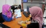 Karyawati menerangkan produk Bank Pembiayaan Rakyat Syariah (BPRS) di Gedung BPRS Al Salaam, Jakarta, Senin (9/1)