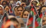 Kaum perempuan Afghanistan menghadiri kampanye salah satu kandidat presiden, Ashraf Ghani, di Kabul, Afghanistan, Senin (5/8).