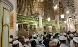 Kawasan Raudhah dan koridor di depan Makam Rasulullah SAW kian padat menyusul makin banyaknya jamaah haji yang tiba di Madinah, Selasa (24/7). Para jamaah berebut mengunjungi tempat yang disebut penuh berkah tersebut.