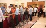 KBRI Islamabad menyelenggarakan acara Buka Puasa Bersama diisi Sambutan Duta Besar, Siraman Rokhani, Buka Puasa, Sholat Maghrib, Makan Malam, Sholat Isya dan Sholat Taraweh berjamaah.