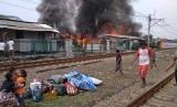 Kebakaran melanda rumah tinggal di pinggiran rel  Taman Kota Jakarta Barat., Jumat (9/11)
